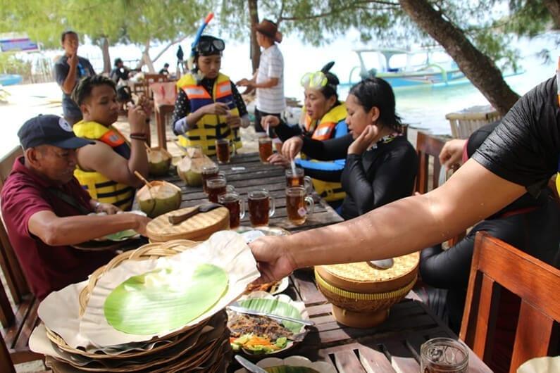 Lunch ikan bakar khas lombok di gili sudak